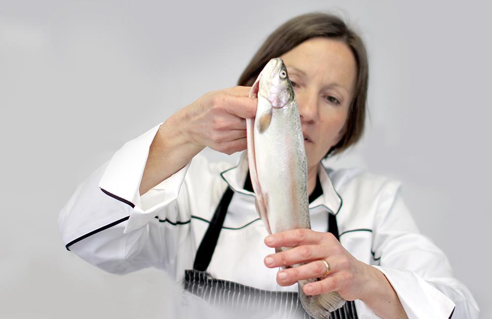 Petra Emonts hält eine Forelle