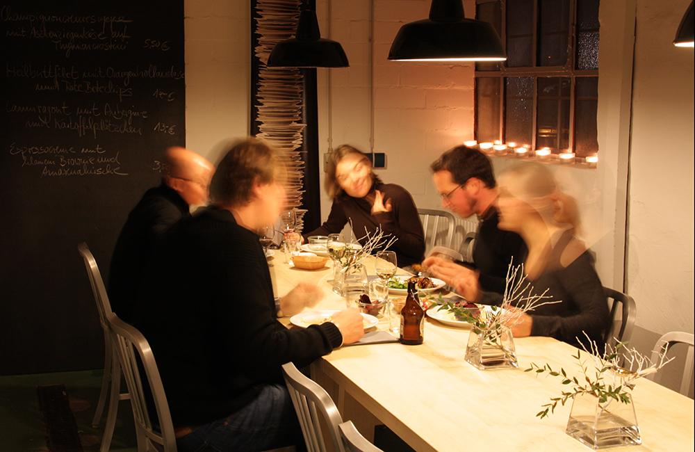 zufriedene Gäste in der Kochnische